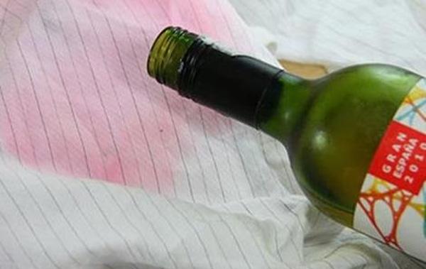 Tẩy vết bẩn rượu vang đỏ